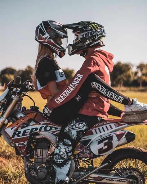 motorrad Face to Face Couple Motocross, Dirt Bike Couple, Motorcycle Couple Pictures, Motocross Girls, Biker Couple, Dirt Bike Girl, Cute Country Couples, Cute Couples Photos, Cute Couple Pictures