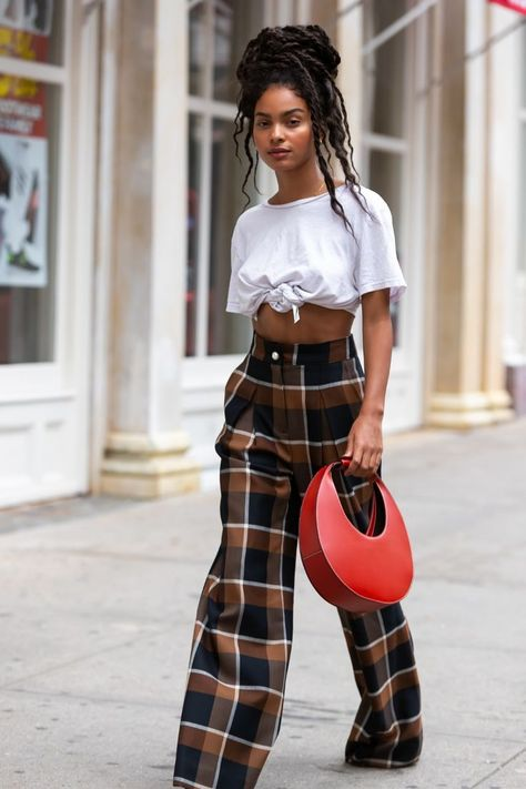 The best street style at new york fashion week 2019 teen vogue Look Street Style, New York Fashion Week Street Style, Nyfw Street Style, Spring Street Style, Street Chic, Grunge Street Style, Street Wear, Classy Street Style, Model Street Style