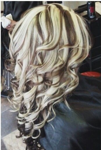 Chunky highlights and curls heavy blonde highlights, blonde streaks, chunky highlights, love hair Heavy Blonde Highlights, Hair Color Highlights, Chunky Highlights, Caramel Highlights, Blonde Streaks, Hair Color And Cut, Cool Hair Color, Hair Colors, Love Hair