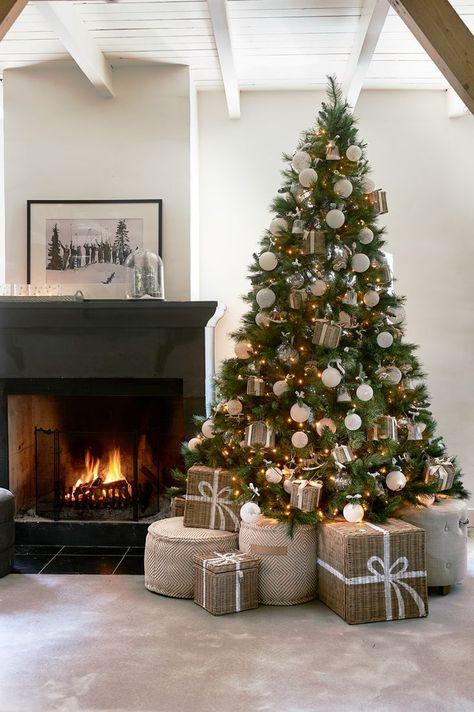 Echt oder Plastik? – Der Weihnachtsbaum-Battle  Weihnachtsbaum vor dem Kamin mit Rattan Geschenke    #christmastree #Weihnachtsbaum