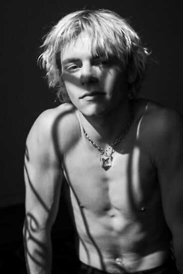 Ross Lynch photographed by Théo Gosselin for Monrowe magazine. Ross wears Butterfly neckless by Palace Costume Beautiful Boys, Pretty Boys, Gorgeous Men, Pretty Men, Ross Lynch Hot, Riker Lynch, Look 80s, Surfer Boys, Hot Boys