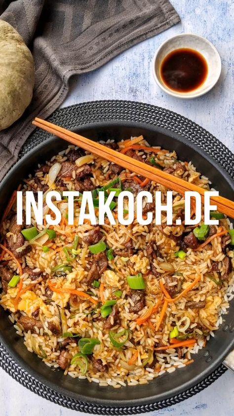 Chop Suey mit Reis und Rindfleisch ist eines der bekanntesten asiatischen Gerichte. Fast jeder hat es schonmal auswärts gegessen oder kennt das Rezept vom Namen her. Das einfache Rezept ist nicht nur total lecker, sondern auch leicht und kalorienarm. Eine tolle Asiapfanne für die ganze Familie. #chopsuey #asiapfanne #reis #kochen #kochrezepte #familienessen