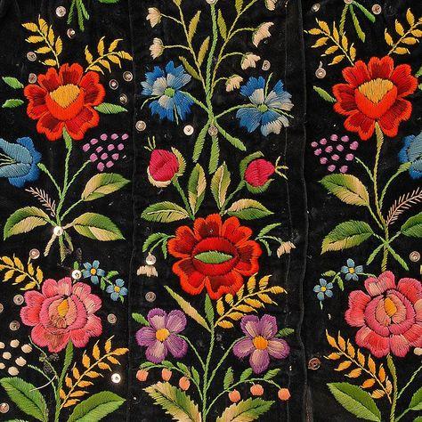 Folk Embroidery Patterns Embroidered flower motifs on a woman's blouse. Western Krakowiak Folk, Giebułtów, P.