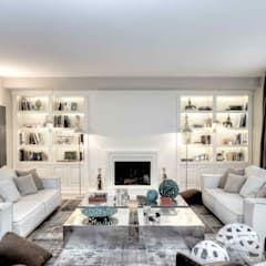 Salotto con camino e librerie soggiorno moderno di ernesto ...