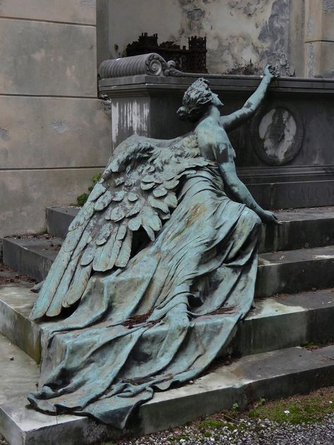 mynocturnality: Burial monument in Staglieno Cemetery Genoa. Cemetery Statues, Cemetery Art, Cemetery Angels, Art Sculpture, Sculptures, Sculpture Ideas, Statue Ange, Art Et Architecture, Architecture Details