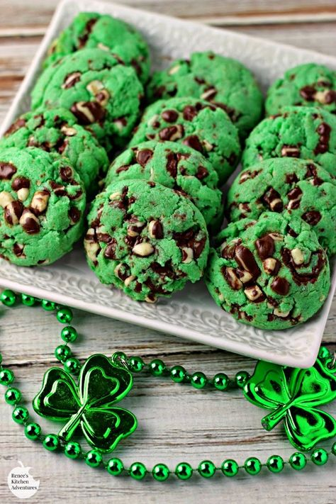 Looking for Fast & Easy Dessert Recipes, St. Find more recipes like Minty Chip Cake Mix Cookies. St Patrick's Day Cookies, Mint Cookies, Cake Mix Cookies, Cookies Et Biscuits, Yummy Cookies, Chip Cookies, Cupcakes, Crinkle Cookies, Cherry Chip Cake Mix