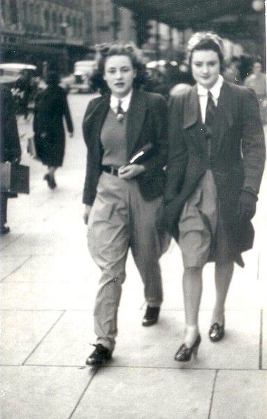 1936 Audrey + Amba With the Boys, Vintage Photo Contest « The Sartorialist Fashion Moda, 1940s Fashion, Look Fashion, Vintage Fashion, Tomboy Fashion, Fashion Rings, The Sartorialist, Teddy Girl, Teddy Boys
