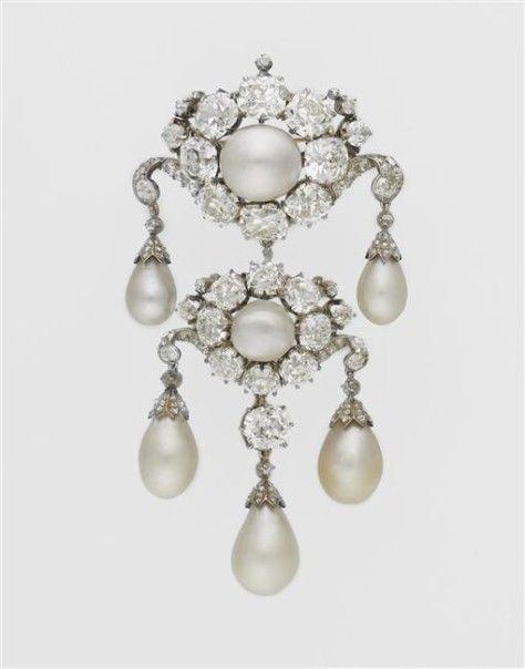 La Broche d'épaule de l'impératrice Eugénie. Elle est composée de sept perles (deux rondes, cinq poires) mises en valeur par dix-sept diamants coussin et quelques dizaines de brillants.