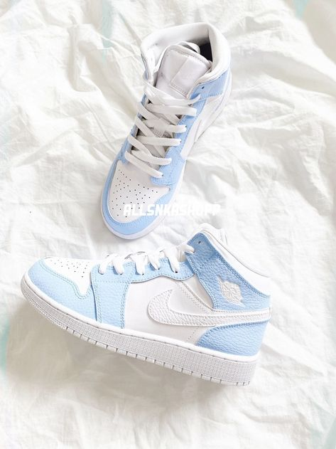 Jordan Shoes Girls, Girls Shoes, Retro Jordan Shoes, Nike Shoes For Women, Nike Jordans Women, Nike Air Jordans, Nike Air Vapormax, Nike Women, Jugend Mode Outfits