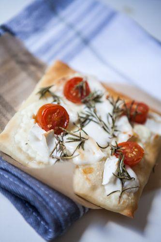 Für den sonntäglichen Bärenhunger – fixe Handpizza mit Ziegenkäse und Tomaten