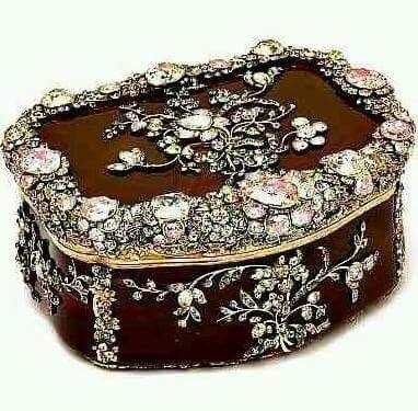 تحفه تاريخيه مصنوعه من حجر الجات والماس الوردي النادر والاحجار الكريمه وتمثل اشكالا من الازهار يوجد منها ثلا Pink Luggage Unique Jewelry Coin Collecting