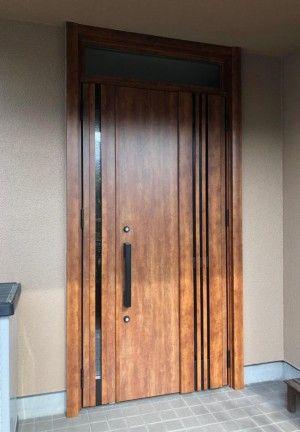 まるで額縁のような扉が素敵 英国アンティークのキャビネット