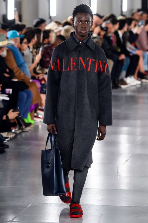 Valentino Fall 2019 Menswear collection, runway looks, beauty, models, and reviews.