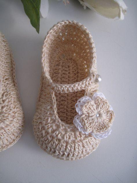 Bellissime scarpine neonata, realizzate a mano all'uncinetto in cotone di colore beige, decorate con deliziosi fiorellini. Disponibili nelle diverse misure da 0 a 9 mesi. Specificate la taglia desi...