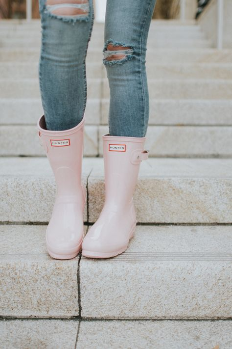 Blush Sweater + Hunter Boots - Brittany Maddux - Romantic winter look. Sock Shoes, Cute Shoes, Me Too Shoes, Shoe Boots, Flat Shoes, Pink Hunter Boots, Hunter Boots Outfit, Hunter Rain Boots, Doc Martens