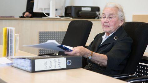 87-Jährige soll ins Gefängnis: Holocaustleugnerin lacht Gericht aus