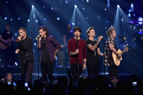 Musicians Liam Payne, Harry Styles, Zayn Malik, Louis Tomlinson and Niall Horan of One Direction perform onstage during the 2014 iHeartRadio Music Festival at the MGM Grand Garden Arena on September 2014 in Las Vegas, Nevada. One Direction Collage, One Direction 2014, One Direction Concert, One Direction Wallpaper, One Direction Pictures, Direction Quotes, Niall Horan, Zayn Malik, Harry Styles Funny