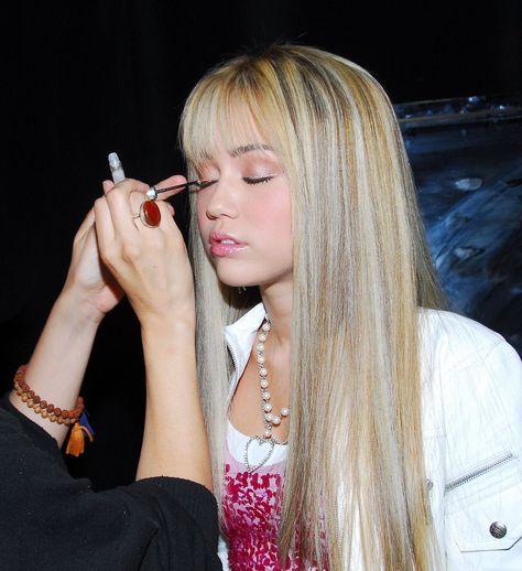 Miley Cyrus as Hannah Montana. She looks beauty (Season 👑 Aesthetic Collage, Aesthetic Vintage, 90s Aesthetic, Miley Cyrus, Foto Twitter, Photowall Ideas, Photocollage, Photo Wall Collage, 2000s Fashion