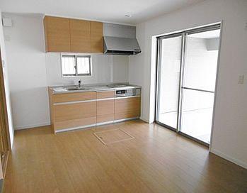 親世帯のキッチンは 少しコンパクトなw2100サイズ 吊戸は 中の棚が下がって使いやすいダウンウォール付き アイフルホーム 二世帯住宅 住宅建築