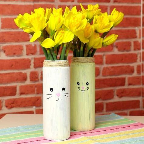 Diese süße Bunny-Vase machst du ganz schnell selbst! Ein wunderbares Upcycling-Projekt und eine tolle Geschenkidee, nicht nur zu Ostern und im Frühling! #ostern #diy #hase #bunny #vase #geschenk #geschenkidee #blumen #kinder #basteln #selbermachen