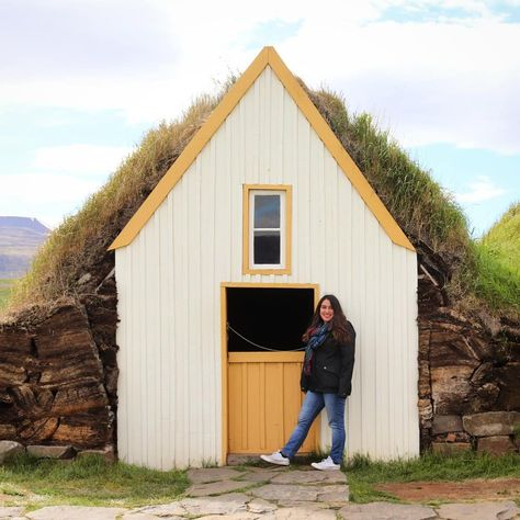 Una casa para m ..#turfhouse #iceland #northerniceland #hobbithouse #reise #flitterwochen #vantravel #roadtrip #ringroad #yellow