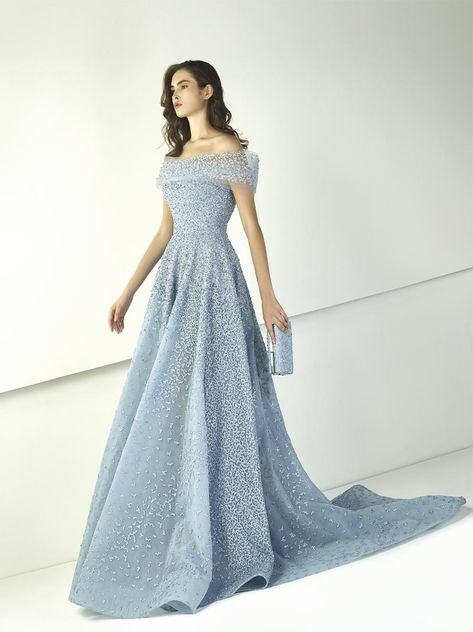 Tony Ward Spring 2018 RTW: A modern day Cinderella look! I adore the baby blue off shoulder gown with intricate beading. Elie Saab, Tony Ward, Beautiful Gowns, Beautiful Outfits, Bild Girls, Formal Gowns, Strapless Dress Formal, Abed Mahfouz, Chanel Cruise