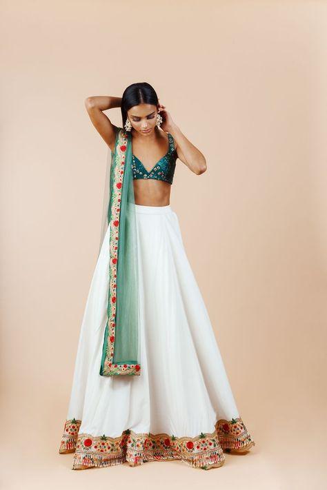 how to wear indian wedding dress Sharara Designs, Lehenga Designs, Seoul Fashion, Tokyo Fashion, India Fashion, New York Fashion, Fashion Fashion, Indian Lehenga, Indian Gowns