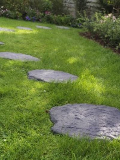 Des Pas Japonais En Pierre Naturelle Pour Creer Un Petit Chemin Dans La Pelouse Castorama Inspiration Decorat En 2020 Amenagement Jardin Pas Japonais Beaux Jardins