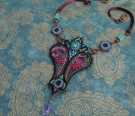 'Cachemire' bead embroidery necklace by Biloba Bijoux (aka Marie Géraud) from he latest book 'Bijoux Brodés: perles, fils & rubans'.