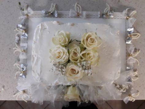 Torta Con Panna E Decorata Con Rose Fresche Per Il Nostro Trentesimo Anniversario Di Matrimonio N Anniversario Di Matrimonio Nozze D Argento Decorazioni Rosa
