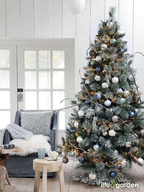 Wel Graag Een Kerstboom Maar Geen Opvallende Kerstkleuren Zoals Rood Kies Dan Voor Witte En Blauwe Kerstba Witte Kerstversieringen Moderne Kerst Blauwe Kerst