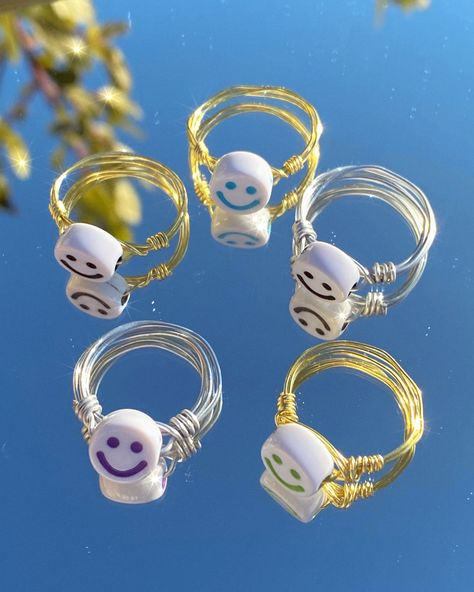 wire rings in golden or silver with a colored smiley bead smile happy ring wire jewelry jewellery rlsdesigns purple blue yellow orange black indie y2k alt colorful rings handmade selfmade design rlsdesigns