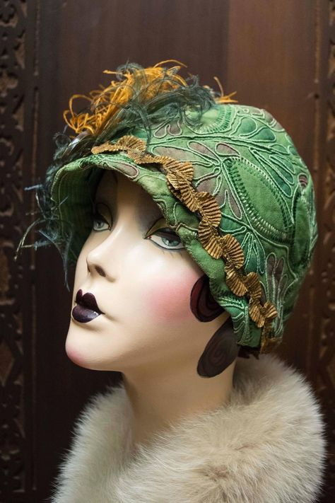 Green Cloche Hat Beautiful green Cloche hat from the It has wonderful soutache detail. It has metallic trim and metal broach with a Pekin glass ornament, and hand curled and dyed ostrich feathers. Vintage Outfits, 1920s Outfits, Vintage Fashion, Vintage Clothing, Tea Hats, Cloche Hats, 1920s Headpiece, 1920s Hats, Victorian Hats
