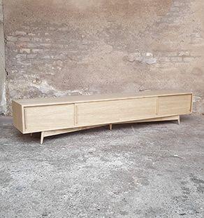 Meuble Tv En Chene Comprenant 4 Espaces Avec Des Portes Coulissantes Mobilier De Salon Meuble Vinyle Diy Ikea