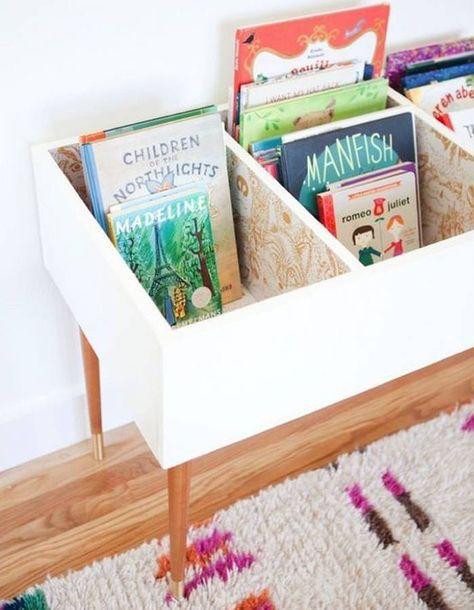 des livres pour enfants rangs dans un meuble rtro