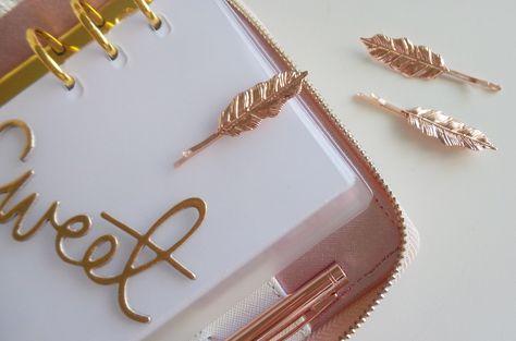 Oro rosa e cipria fra i colori trend dell'inverno. Mollette per capelli di Accessorize trasformate in paper clip.