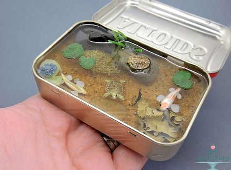 Altoids tins are more than just the little mints inside of them; Give the empty Altoids tin in your life a whole new purpose with some of these nifty kit ideas. Diy Resin Crafts, Polymer Clay Crafts, Geek Crafts, Cute Crafts, Crafts For Kids, Minis, Fimo Kawaii, Mint Tins, Altered Tins