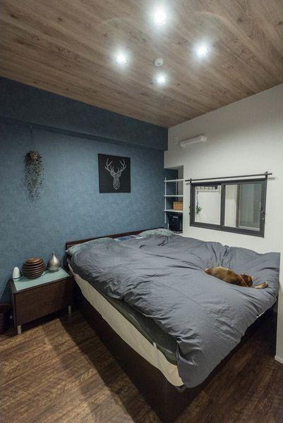 シックなカラーでまとめた寝室はエントランスに面した室内窓から光を