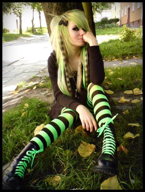 scene verde by LaMapazheCabrona on DeviantArt Emo Scene Hair, Emo Hair, Scene Girl Hair, Short Scene Hair, Alternative Outfits, Alternative Fashion, Arte Emo, Emo Princess, Space Princess