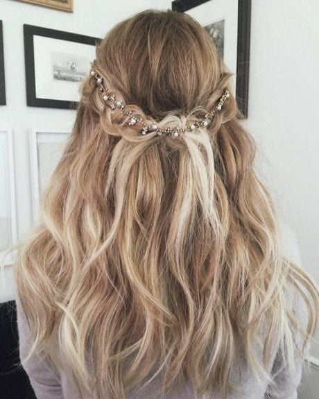 Jugendweihe Frisuren Madchen Kurze Haare Hochzeitsfrisuren Kurze Haare Halboff In 2020 Hochzeit Frisuren Kurze Haare Geflochtene Frisuren Hochzeitsfrisuren Kurze Haare