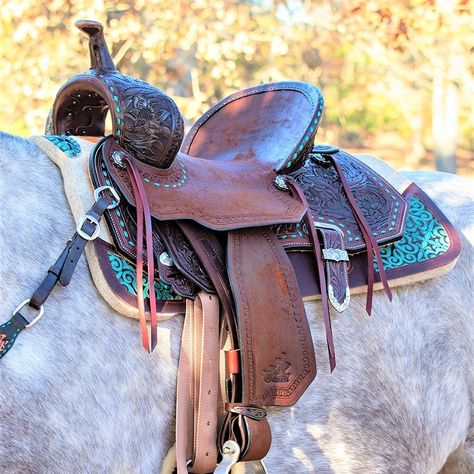 Created by a legend for the champions of today, the Martha Josey Ultimate Barrel Saddles are handcrafted to give riders superior positioning. Barrel Racing Saddles, Barrel Saddle, Barrel Racing Horses, Barrel Horse, Saddle Rack, Western Horse Saddles, Western Saddle Pads, Headstalls For Horses, Horse Halters