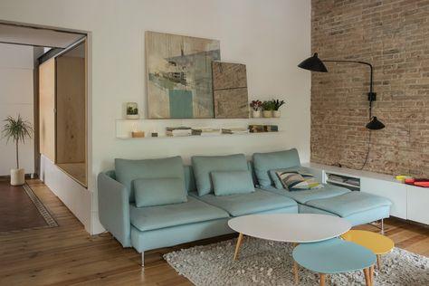 Toma asiento - AD España, © Neus Casanova Al salón se accede directamente desde el estudio, manteniendo la sensación de espacio abierto. El sofá es el modelo Söderhamn de Ikea.