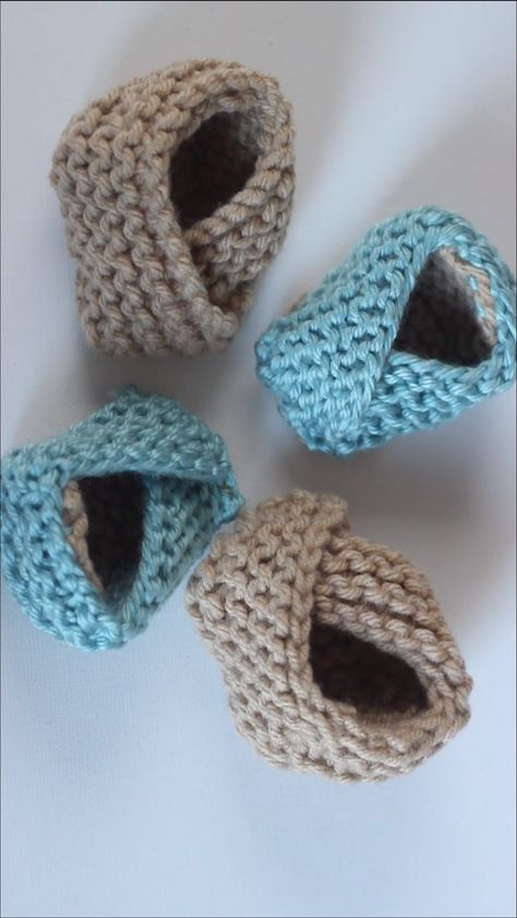 Squee! Too cute! Learn how to Knit Baby Booties Shoes with Free Pattern + Video Tutorial by Studio Knit! #knitting #StudioKnit #KnittingVideo #baby #freeknittingpattern