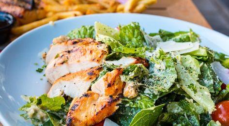 طريقة تحضير سلطة سيزر بالدجاج وأهم النصائح الصحية ويب طب Chicken Caesar Salad Soup Dinner Keto Diet Recipes