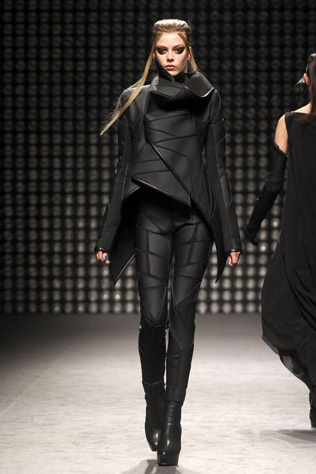 See the entire collection from the Gareth Pugh Fall 2011 Ready-To-Wear runway show. Cyberpunk Mode, Cyberpunk Clothes, Cyberpunk Fashion, Gareth Pugh, Fashion Week, Runway Fashion, Fashion Show, Fashion Outfits, Dark Fashion