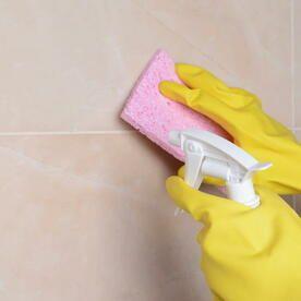 風呂の天井カビ掃除にはカビキラー 赤いヌルヌル汚れはどう落とす
