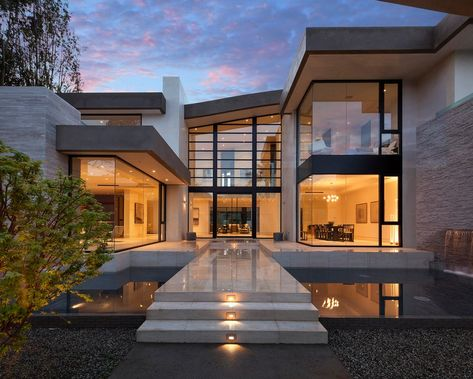 Stunning photo gallery of the San Vincente House - a spacious modern mansion by McClean Designs with huge windows and spacious, open rooms. See this gallery. Luxury Homes Dream Houses, Dream Homes, Luxury Modern House, Modern House Exteriors, Modern House Styles, Big Modern Houses, New Modern House, Dream Mansion, Modern Style Homes