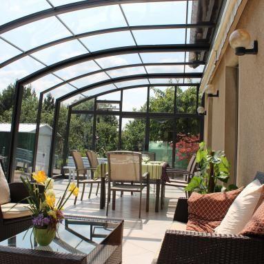 Abri De Terrasse Coulissant Et Veranda Retractable Aluminium Sur Mesure Juralu Abri Terrasse Veranda Retractable Veranda Terrasse