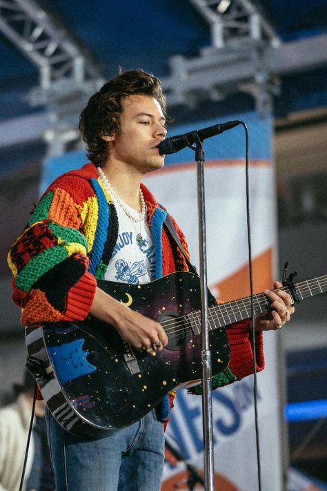 Harry Styles Fotos, Harry Styles Mode, Harry Styles Pictures, Harry Edward Styles, Harry Styles Beanie, Harry Styles Fashion, Cardigan Pattern, Crochet Cardigan, Crochet Shorts