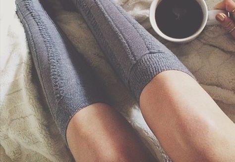 出典:http://favim.com デスクワークで働く女性にとって「脚のむくみ」は頭を悩ませる問題です。とくにアラサーになると若いときに比べて新陳代謝が悪くなり、いつも脚の違和感に悩まされてしまいますよね。 美脚を維持している女性は、もともとの痩せ体型に頼っているのではなく、レッグケアを入念に行っているものです。彼女たちがやっているむくみ対策をご紹介します。 美脚のあの子がやっている脚のむくみケア 「羨ましい!」と感じてしまうほどキレイな脚をしている女性がいませんか? スラっと伸びて、ヒールを履いたときにキマる!そんな女性です。彼女たちが脚のむくみと無縁かといえば、そんなことはありません。 同じ人間ですから、いっぱい歩いた日は疲れるし、一日中デスクワークをした日は血液が脚に集中してしまい、パンパンになるものです。でも、むくんでからが大切で、まめなケアをすることで綺麗な脚をゲットできるんです! 靴は二足もち!通勤時はスニーカーに履き替える!…
